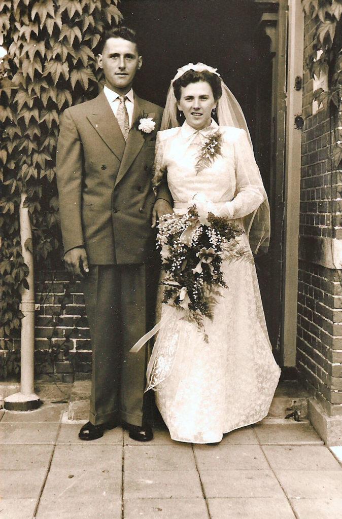 trouwfoto Jannetje Hegeman, dochter van Geertje Rotgans en Jan Hegeman, en Adriaan Hamming, zoon van Harm Hamming en Christina Sijtsma, huwde 14 september 1954.